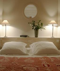 A bed or beds in a room at Le Lodge Kerisper