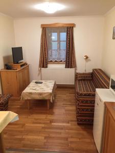 TV a/nebo společenská místnost v ubytování Apartments Dřevona II