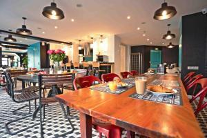 A restaurant or other place to eat at Arty Paris Porte de Versailles by River