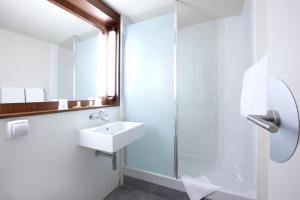 Salle de bains dans l'établissement Campanile Conflans-Sainte-Honorine