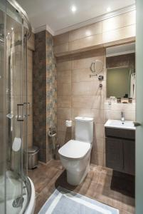 Salle de bains dans l'établissement Messonghi Beach Holiday Resort