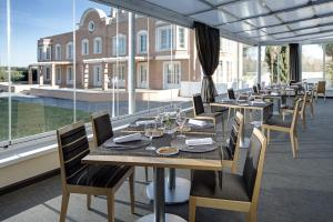 A restaurant or other place to eat at Eurostars Zarzuela Park