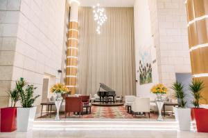 The lobby or reception area at Mövenpick Hotel Amman