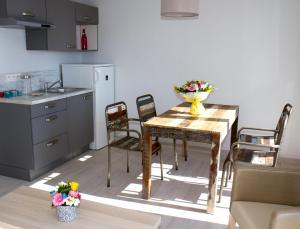 A kitchen or kitchenette at Appart'hôtel A Deux Pas de l'Eau