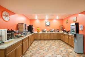 A restaurant or other place to eat at Howard Johnson by Wyndham South Portland