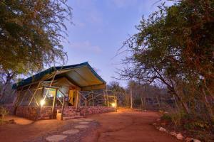 Ein Garten an der Unterkunft Baluleni Safari Lodge