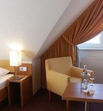Ein Sitzbereich in der Unterkunft EWERTS Hotel