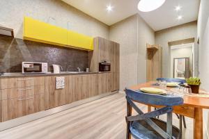 Кухня или мини-кухня в Home SPb apartments
