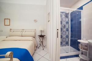 A bathroom at La Tartaruga B&B
