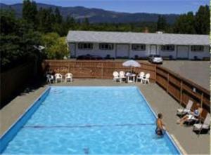 Бассейн в Somass Motel или поблизости