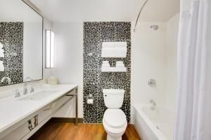 A bathroom at Hilton Garden Inn North Houston Spring