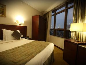Um quarto em Al Rawda Al Aqeeq Hotel