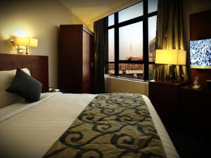 Cama ou camas em um quarto em Al Rawda Al Aqeeq Hotel