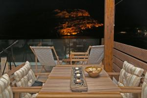 A seating area at Matala Caves Seafront Apartment
