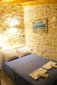 A bed or beds in a room at Matala Caves Seafront Apartment