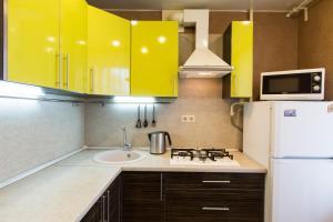 Кухня или мини-кухня в Апартаменты на Землянском переулке 3