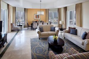 Лаундж или бар в Dubai Marriott Harbour Hotel And Suites