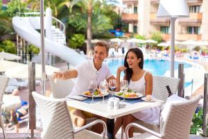 Een restaurant of ander eetgelegenheid bij MUR Neptuno Gran Canaria - Adults Only