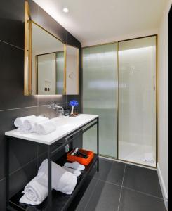 A bathroom at H10 Casa Mimosa 4* Sup