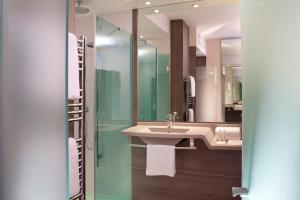 A bathroom at Hôtel Oceania Le Métropole