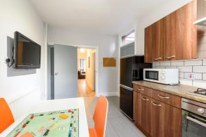 A kitchen or kitchenette at The Scarsdale