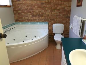A bathroom at Avoca Motel