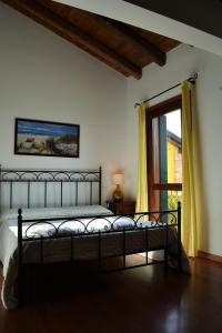 A bed or beds in a room at Alloggi e Trattoria Agli Alberoni