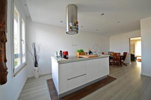 A kitchen or kitchenette at Apartment Casa Verena
