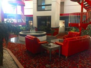 The lounge or bar area at American Inn Kansas City, KS