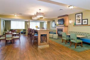 A restaurant or other place to eat at Hampton Inn New Philadelphia