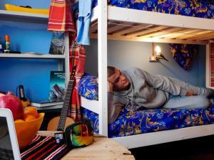 Двухъярусная кровать или двухъярусные кровати в номере Хостел Акка Книбекайзе