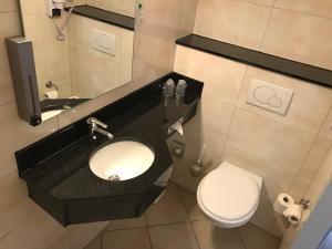 A bathroom at PLAZA Inn Hamburg Moorfleet