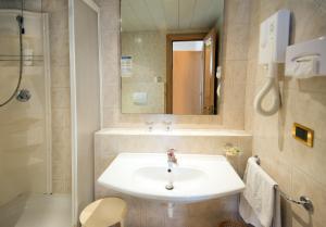 Ein Badezimmer in der Unterkunft Joli Park Hotel - Caroli Hotels