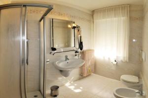 A bathroom at Albergo Alla Torre