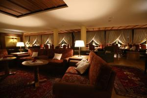 The lounge or bar area at Alpen Suite Hotel