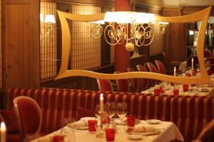 A restaurant or other place to eat at Alpen Suite Hotel