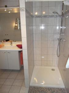 A bathroom at Pension und Weingut Hirschhof