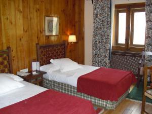 A bed or beds in a room at Parador de Bielsa