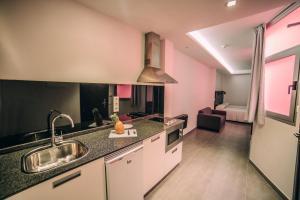 A kitchen or kitchenette at Mannix Urban Apartments