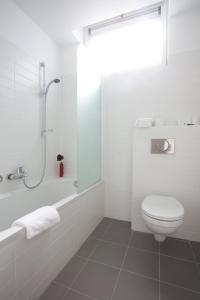 Een badkamer bij Century Hotel Antwerpen Centrum