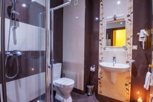 A bathroom at Oak Residence Hotel & Relax