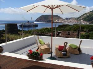 A balcony or terrace at Cantinho das Buganvilias AT****