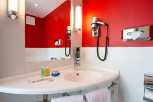 A bathroom at Ibis Muenchen Airport Sued