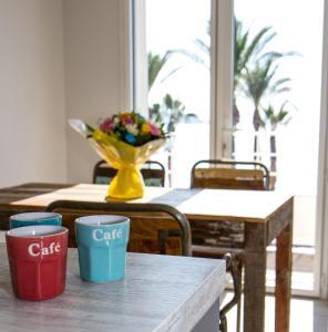 The lounge or bar area at Appart'hôtel A Deux Pas de l'Eau