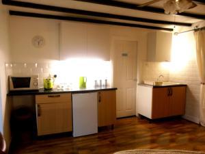 A kitchen or kitchenette at Honeysuckle Cottage