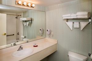 A bathroom at Williamsburg Woodlands Hotel - A Colonial Williamsburg Hotel