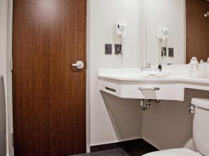 Salle de bains dans l'établissement City Express Plus Bogota Aeropuerto