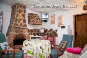 El salón o zona de bar de Alojamientos Casas Cuevas En Orce