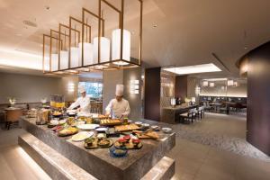 Ein Restaurant oder anderes Speiselokal in der Unterkunft Hilton Tokyo Bay