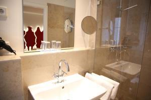 A bathroom at Hotel Drei Raben